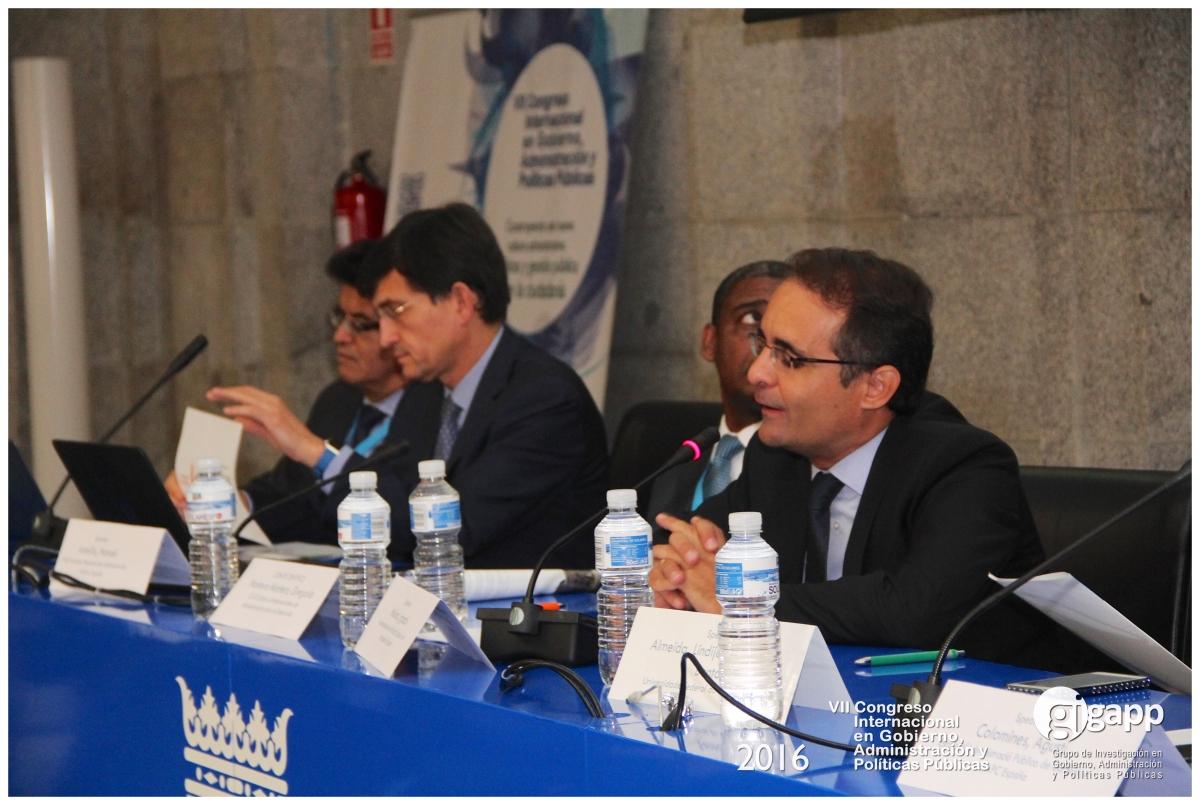 El director del INAP, Manuel Arenilla, (izq.), en una mesa redonda.