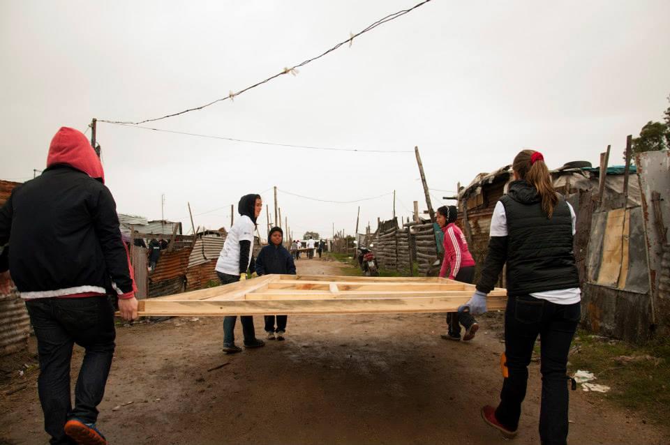 En Uruguay, cientos de voluntarios colaboran para dotar de infraestructura los asentamientos informales. Foto: TECHO.
