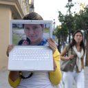 En la pantalla, Magaly, tiene 31 años y es de Ecuador. Detrás, Sonia, 20 años, España. Foto: Antonio Pérez.