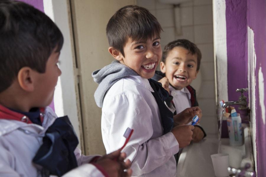Niños de escuela rural aprenden sobre el cuidado de la salud bucal. Río Negro. Producción Makarena Vinaja  Fotografías Pablo La Rosa.  Banco de imágenes AUCI.