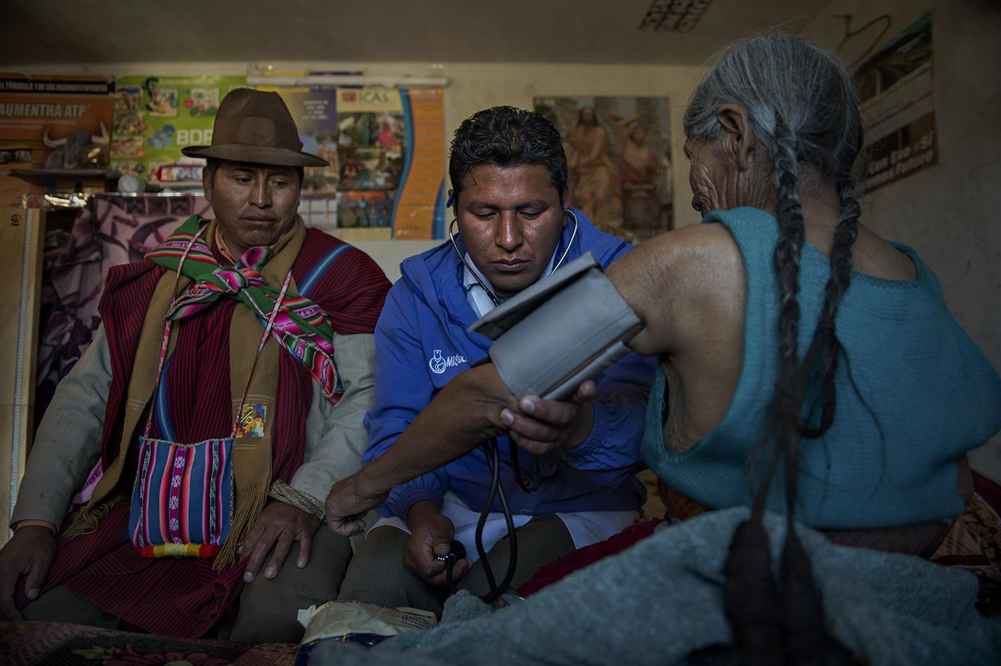 Como parte de la interconsulta el Médico Académico le toma la presión a la paciente. Reportaje gráfico: Miguel Lizana, AECID.