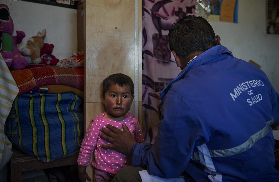 Durante la visita el Médico Académico realiza el control de talla y peso a un niño.. Reportaje gráfico: Miguel Lizana, AECID.