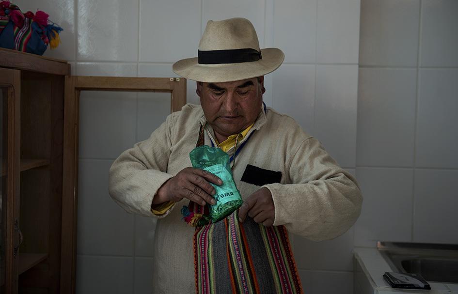 Al realizar las visitas el Médico Tradicional lleva consigo medicinas naturales preparadas bajo su supervisión. Reportaje gráfico: Miguel Lizana., AECID.