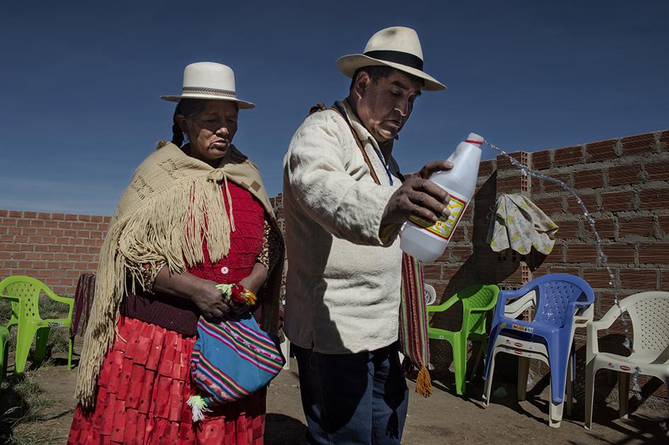 El Doctor Francisco Mamani y su esposa agradecen a la Pachamama en la ceremonia previa a las consultas médicas. Reportaje Gráfico: Miguel Lizana, AECID.
