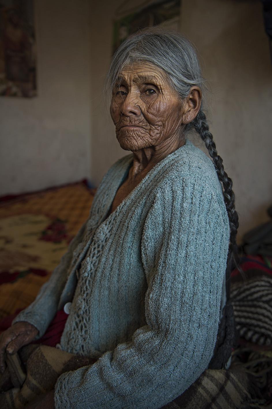 La abuela del hogar, 83 años, que se expresa en lengua Aimara. Reportaje gráfico: Miguel Lizana, AECID.