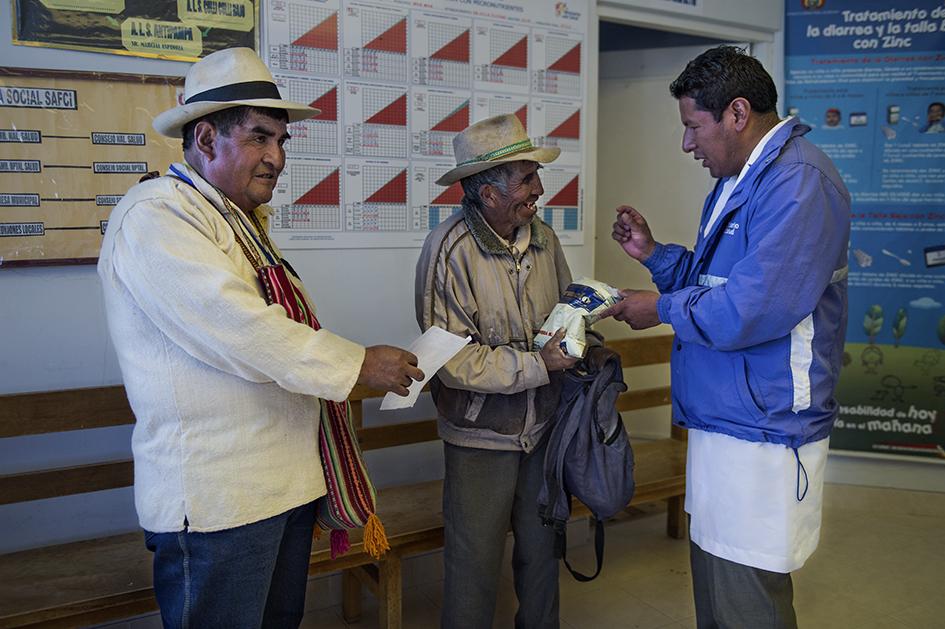 En el Centro de Salud Kallawaya Villa Esteban Arce trabajan de manera conjunta y complementaria el Médico Tradicional y el Médico Académico. Reportaje gráfico: Miguel Lizana, AECID.