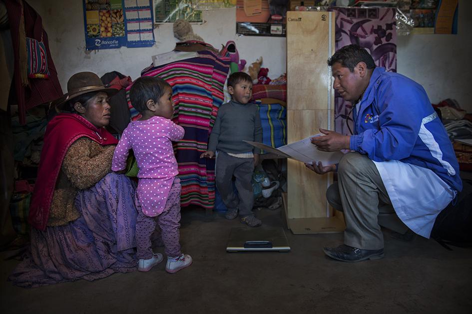 Visita del Médico Académico a una familia beneficiada de las consultas médicas interculturales en la Comunidad de Sica Sica. Reportaje gráfico: Miguel Lizana, AECID.