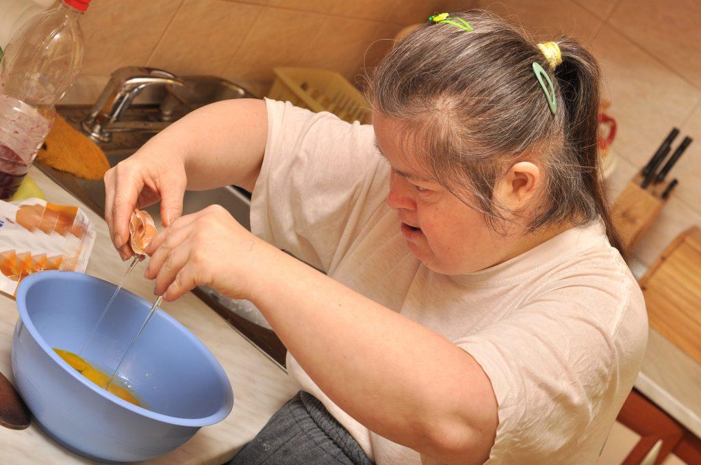 Mujer con síndrome de down cocinando
