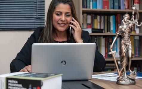 Uma abogada faz consultas online